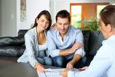 Paar treffen berater für finanzkontrakt — Stockfoto