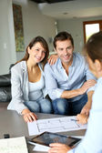 Couple meeting architect for plans of future home — Stockfoto