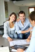 Paar vergadering architect voor het plannen van toekomstige huis — Stockfoto