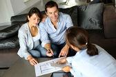 Couple signature des termes financiers pour future propriété — Photo