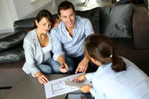 Pár podepsání finanční podmínky pro budoucí majetek — Stock fotografie