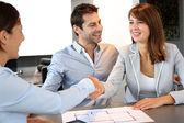 Couple concluding construction and financial contract — Foto Stock