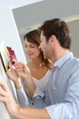 Couple choosing paperwall colour for their new home — Foto de Stock