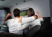 пара, с удовольствием наблюдая футбол игра — Стоковое фото