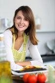 Lachende brunette vrouw in huis keuken — Stockfoto