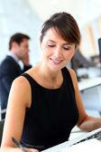 Επιχειρηματίας στο γραφείο συγγραφή σημειώσεων — Φωτογραφία Αρχείου