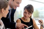 Zakelijke bijeenkomst in kantoor om te bespreken project — Stockfoto