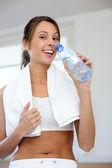 快乐健身锻炼后女孩饮用水 — 图库照片