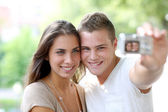 Roztomilý mladý pár milenců, vyfotit sami — Stock fotografie