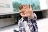 Mano mostrando estudiante hacia la cámara — Foto de Stock