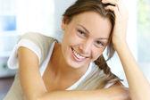 Portret pięknej kobiety uśmiechający się — Zdjęcie stockowe