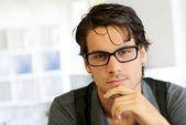 Portrét pohledný mladý muž s brýlemi — Stock fotografie