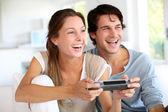 年轻夫妇在家玩视频游戏 — 图库照片