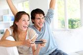 Jeune couple de jeux vidéo à la maison — Photo