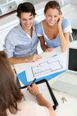 Arquiteto de encontro de casal para os planos da futura casa — Foto Stock