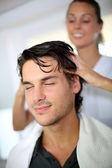 Kuaför müşteriye baş masajı yapıyor — Stok fotoğraf