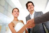 ビジネス パートナーシップ ハンドシェイクのクローズ アップ — ストック写真