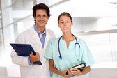 медицинские, стоя в коридоре больницы — Стоковое фото