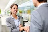 Geschäftsfrau schüttelte hand an partner — Stockfoto