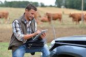 在使用数字平板电脑的农场饲养员 — 图库照片