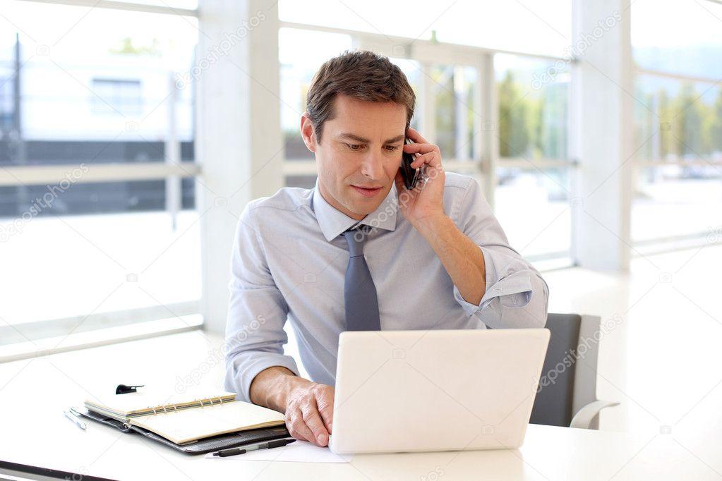 Retrato de hombre de negocios hablando por tel fono m vil for La oficina telefono
