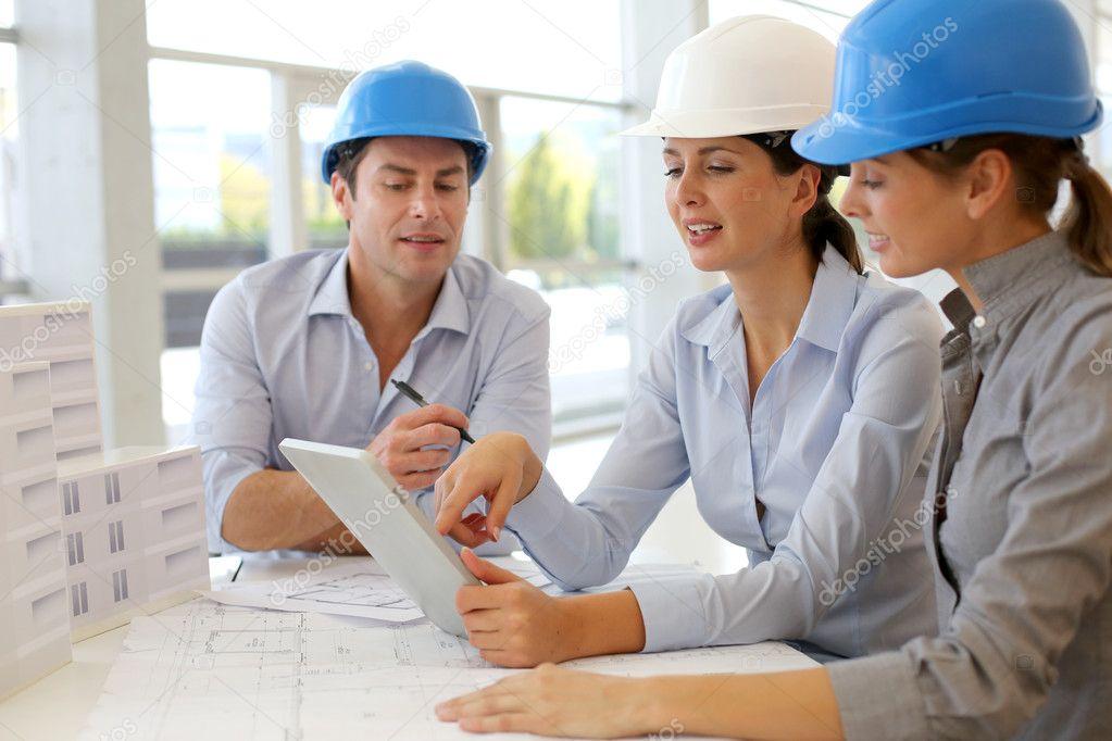 Arquitectos trabajando en oficina en proyecto de for Oficina de proyectos de construccion
