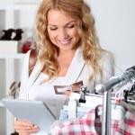 krásná žena v úložišti oděv pomocí elektronických tablet — Stock fotografie