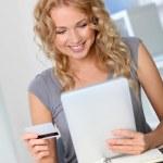 güzel bir kadın ofiste online alışveriş yaparken — Stok fotoğraf #18197753