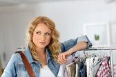 Mujer parada en la tienda de ropa — Foto de Stock