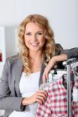 Mujer hermosa en la tienda de ropa — Foto de Stock