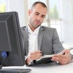 商人在办公室写关于议程podnikatel v úřadu na agendě — Stock fotografie