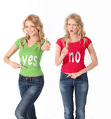 Blond women with colored shirt having opposite opinion — Foto Stock