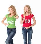 Mujeres rubias con camisa color teniendo enfrente de opinión — Foto de Stock