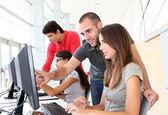 Grupp unga i utbildning — Stockfoto