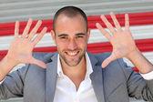 Uomo attraente mostrando le palme della mano alla fotocamera — Foto Stock