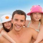 Ojciec z dziećmi na plaży — Zdjęcie stockowe