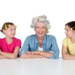 starszy kobiety i dzieci z lokówki — Zdjęcie stockowe