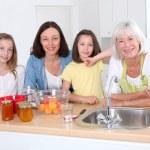 portret babcia, matka i dzieci w kuchni — Zdjęcie stockowe