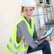 Woman engineer standing on building site - Foto Stock