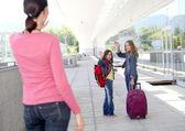 Schule mädchen winkt zum abschied an ihre mutter — Stockfoto