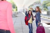 Schoolmeisjes zwaaiend afscheid bij hun moeder — Stockfoto