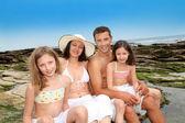šťastná rodina 4 sedí na pláži — Stock fotografie