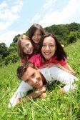 счастливая семья, устанавливающий в парке — Стоковое фото