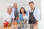 Famille préparation de confiture de fruits dans la cuisine à domicile — Photo