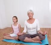 Babcia i młoda dziewczyna robi ćwiczenia fitness — Zdjęcie stockowe