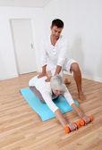 Sport coach utbildning senior kvinna med stretching övningar — Stockfoto