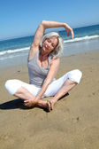 Senior donna facendo esercizi di stretching — Foto Stock
