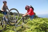 Altes Paar Befestigung gebrochen Fahrradkette — Stockfoto