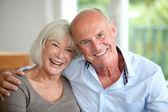 Starší pár objímat — Stock fotografie