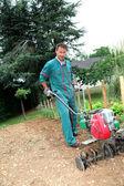 Bahçıvan motorlu kültivatör kullanma — Stok fotoğraf